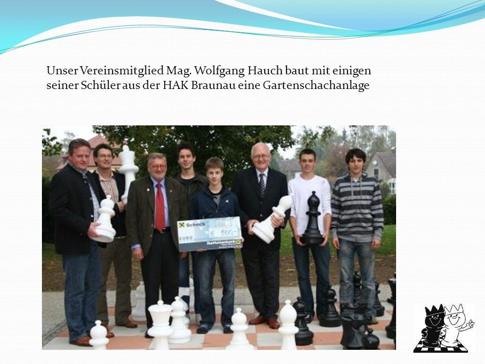 Unser Vereinsmitglied Mag. Wolfgang Hauch baut mit einigen seiner Schüler aus der HAK Braunau eine Gartenschachanlage