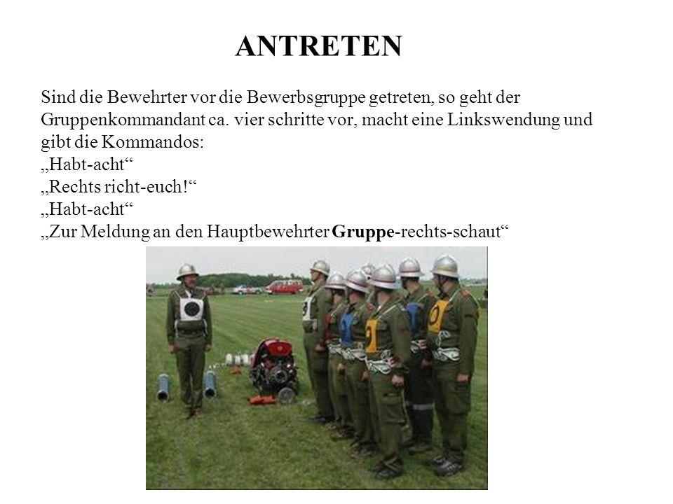 Hierauf macht der Gruppenkommandant eine Rechtswendung, salutiert und meldet dem HB: Herr Hauptbewehrter, SB Fritz meldet: Bewerbsgruppe Nr....(wiss ma nau ned)....zum Bewerb angetreten.