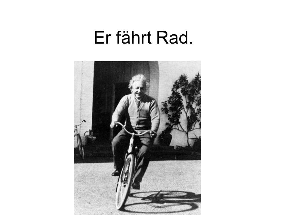 Er fährt Rad.