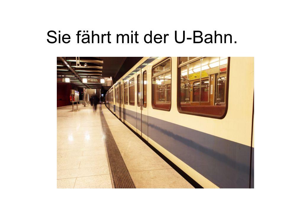 Sie fährt mit der U-Bahn.