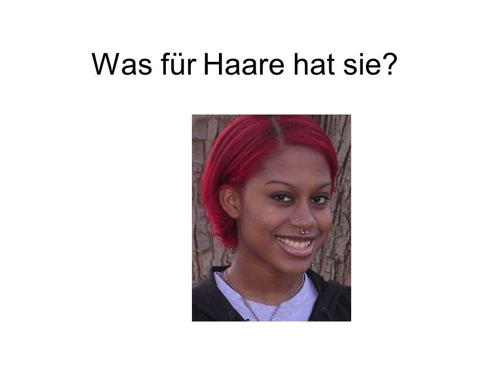 Sie hat rote Haare.
