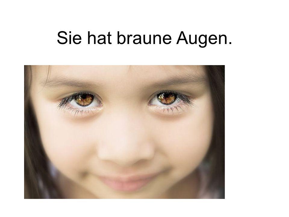 Sie hat braune Augen.