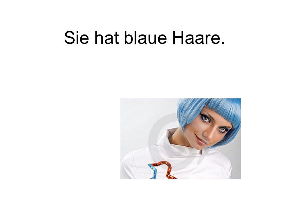 Sie hat blaue Haare.