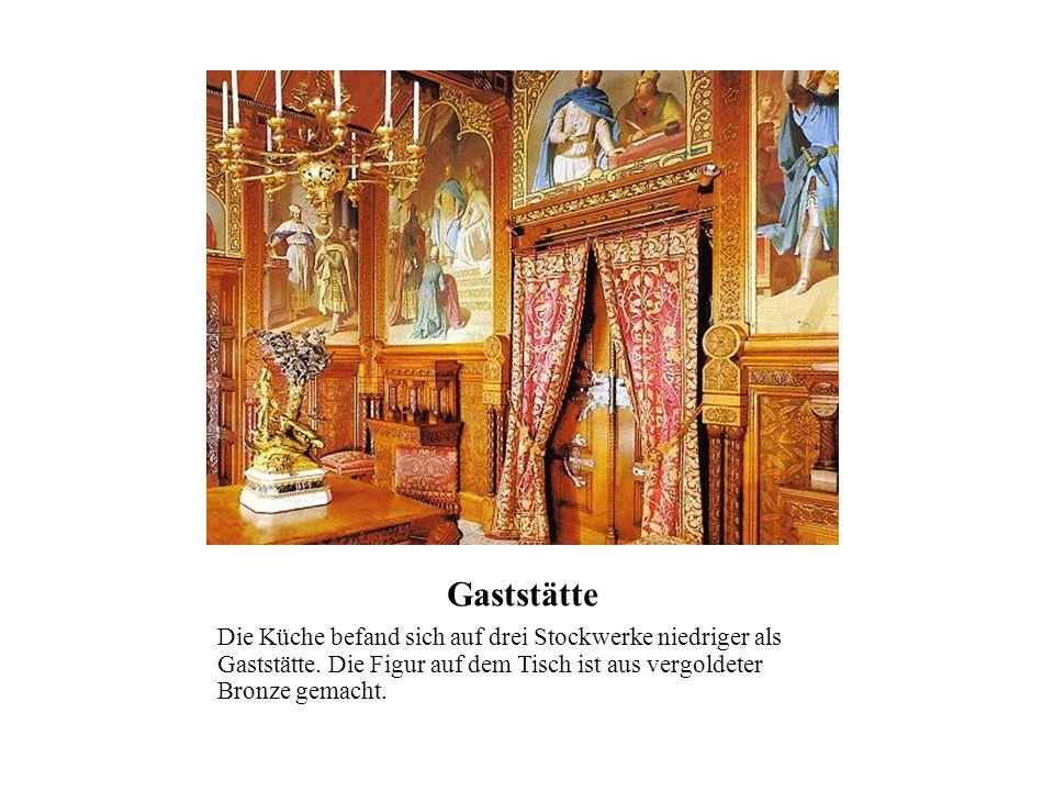 Gaststätte Die Küche befand sich auf drei Stockwerke niedriger als Gaststätte. Die Figur auf dem Tisch ist aus vergoldeter Bronze gemacht.