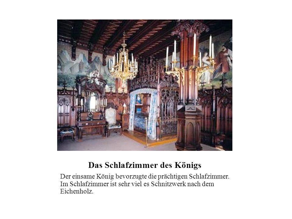 Das Schlafzimmer des Königs Der einsame König bevorzugte die prächtigen Schlafzimmer. Im Schlafzimmer ist sehr viel es Schnitzwerk nach dem Eichenholz