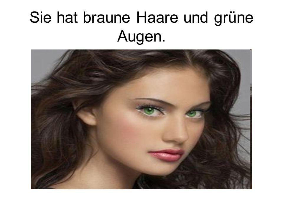 Sie hat braune Haare und grüne Augen.