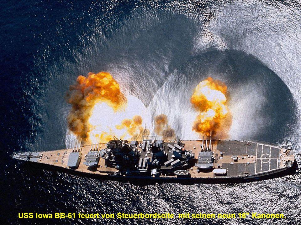 USS Iowa BB-61 feuert von Steuerbordseite mit seinen neun 16 Kanonen.