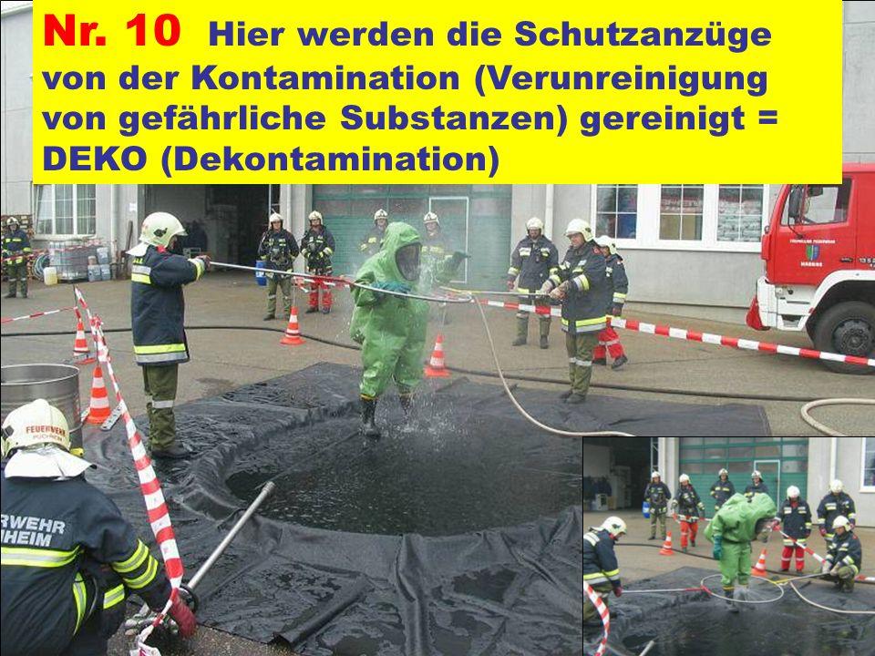 Pressegruppe der FF Ottnang a.H. Nr. 10 Hier werden die Schutzanzüge von der Kontamination (Verunreinigung von gefährliche Substanzen) gereinigt = DEK