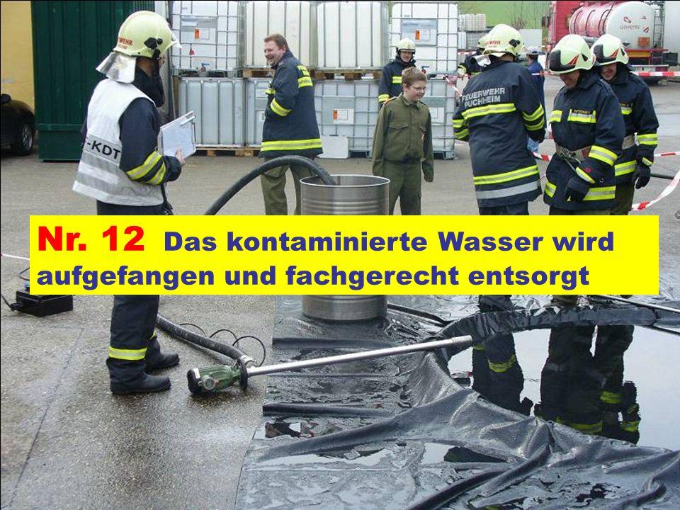 Pressegruppe der FF Ottnang a.H. Nr. 12 Das kontaminierte Wasser wird aufgefangen und fachgerecht entsorgt