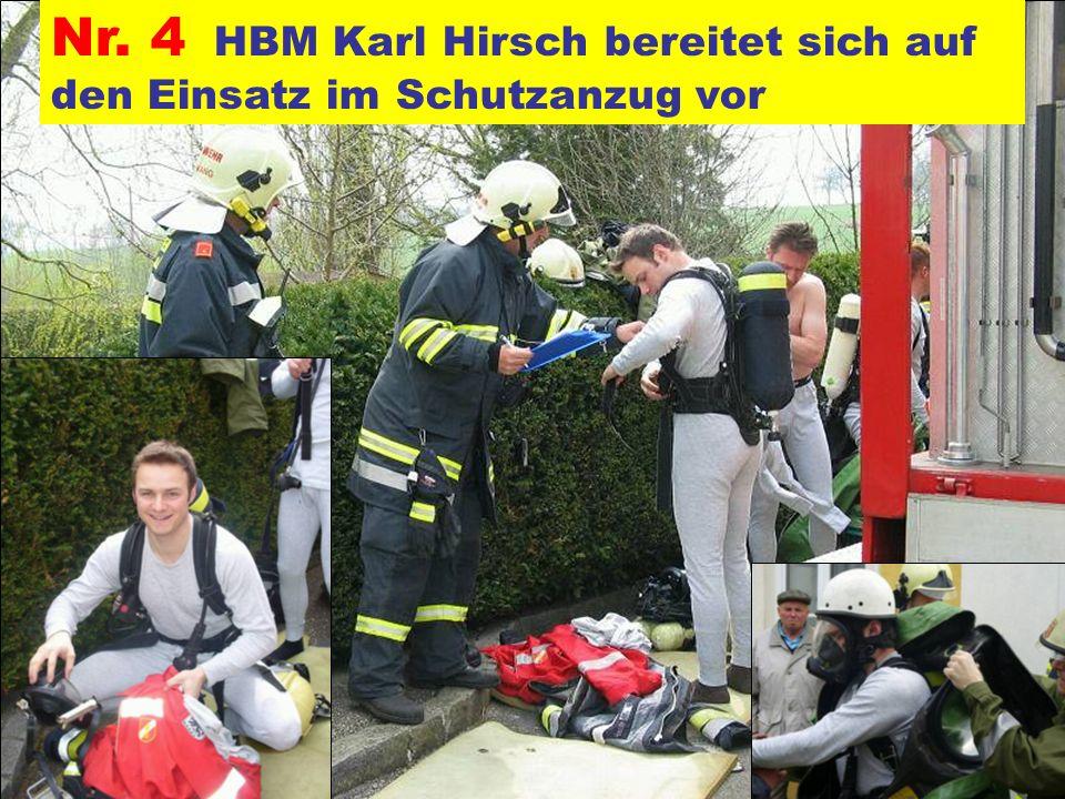 Pressegruppe der FF Ottnang a.H. Nr. 4 HBM Karl Hirsch bereitet sich auf den Einsatz im Schutzanzug vor