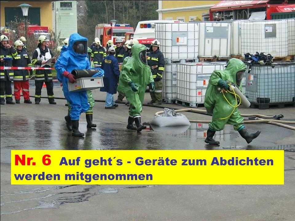 Pressegruppe der FF Ottnang a.H. Nr. 6 Auf geht´s - Geräte zum Abdichten werden mitgenommen