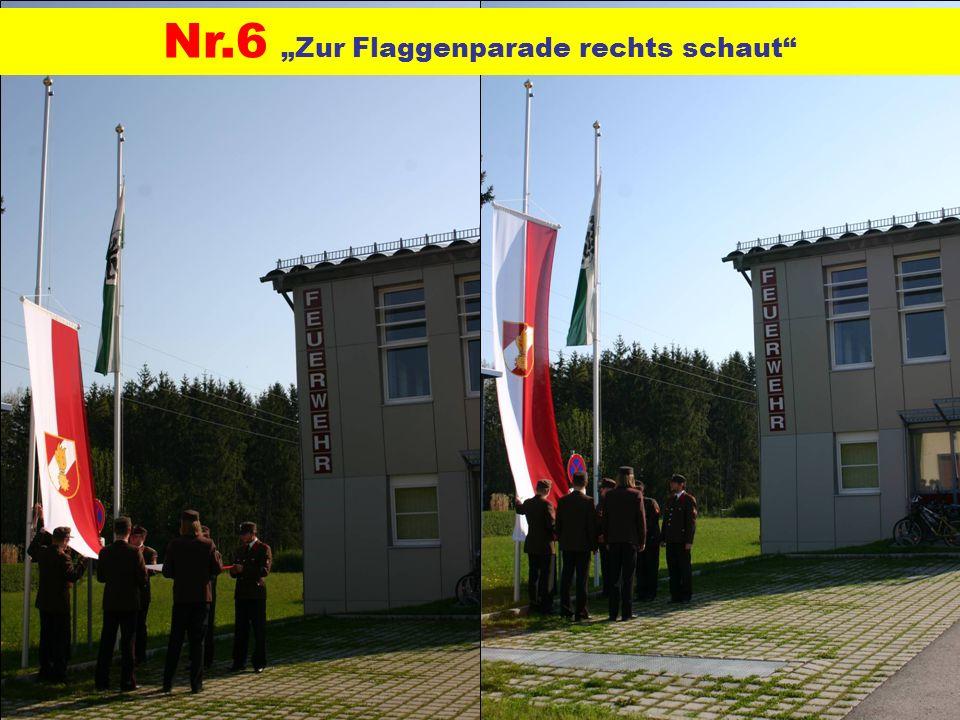 Nr.6 Zur Flaggenparade rechts schaut
