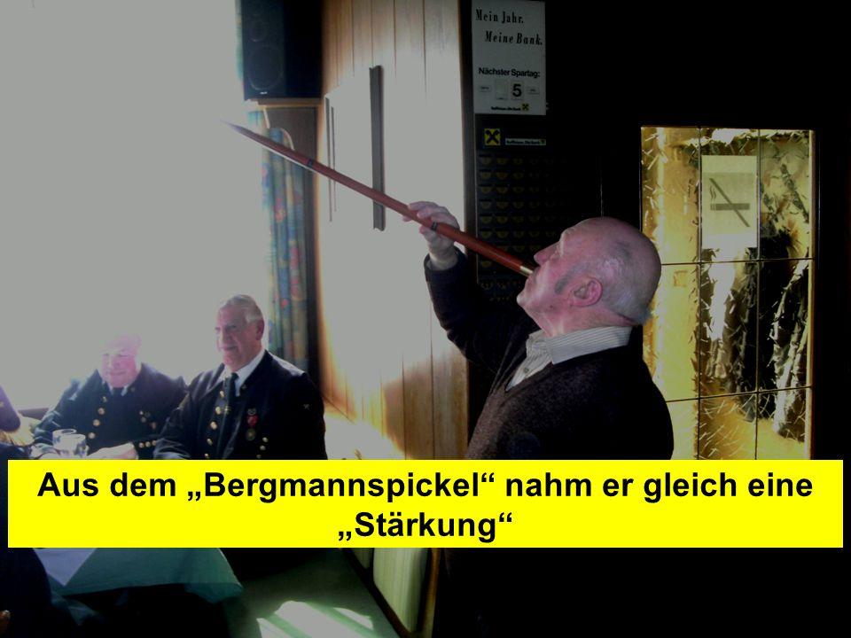 Pressegruppe der FF Ottnang a.H. Aus dem Bergmannspickel nahm er gleich eine Stärkung