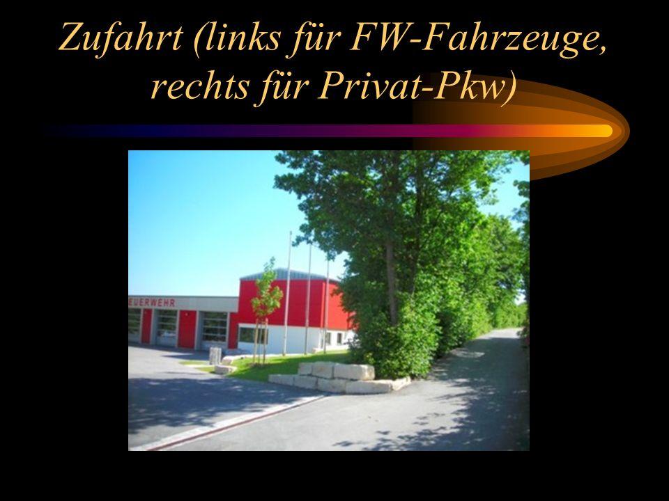 Zufahrt (links für FW-Fahrzeuge, rechts für Privat-Pkw)