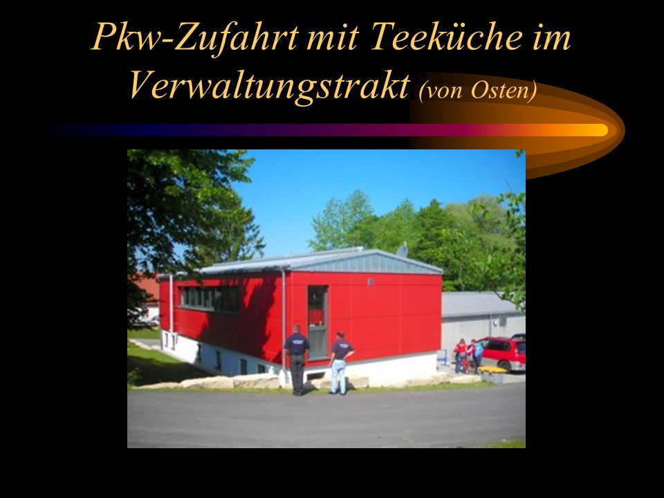 Pkw-Zufahrt mit Teeküche im Verwaltungstrakt (von Osten)
