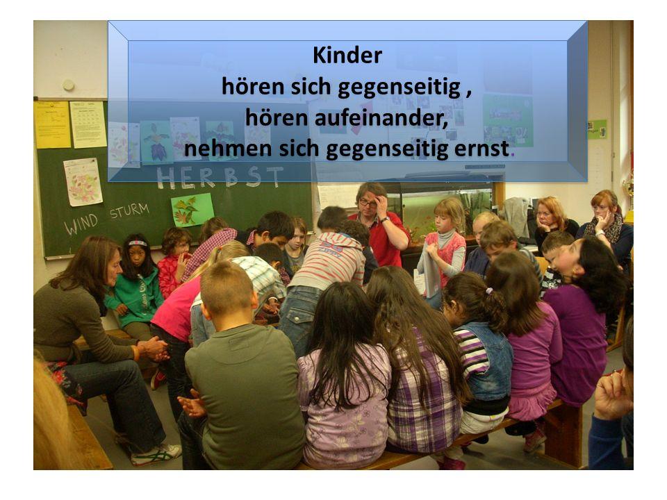 Kinder hören sich gegenseitig, hören aufeinander, nehmen sich gegenseitig ernst.