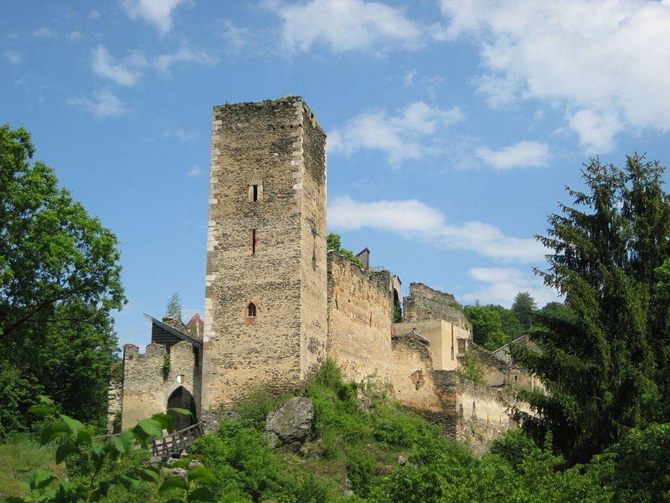 D ie B urgruine K aja Steht, vom Kajabach und dem Merkersdorfer Bach umschlossen, auf einem Felsvorsprung. Vom Turm der Ruine bietet sich ein wundersc