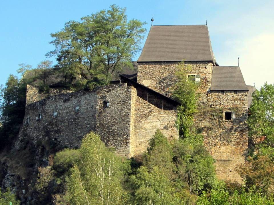 D ie B urg K rumau unweit des Stausees Thurnberg gelegenen, wurde vor Jahren weitgehend rekonstruiert und ist jetzt im Privatbesitz, weshalb nur das Ä
