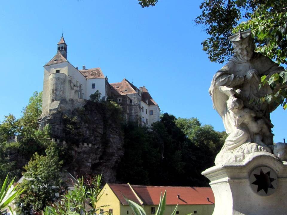 D ie B urg R aabs ist eine langgezogene Höhenburg auf einem Felsrücken hoch über dem Zusammenfluss der Deutschen und der Mährischen Thaya, von wo sie