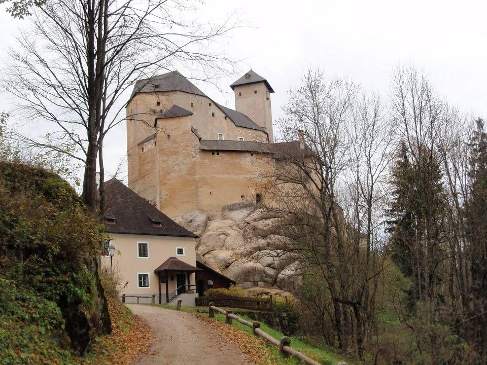 D ie B urg R appottenstein ist eine mittelalterliche Burganlage und steht südwestlich von Zwettl am Ufer des Kamp. Die gigantischen Mauermassen schein