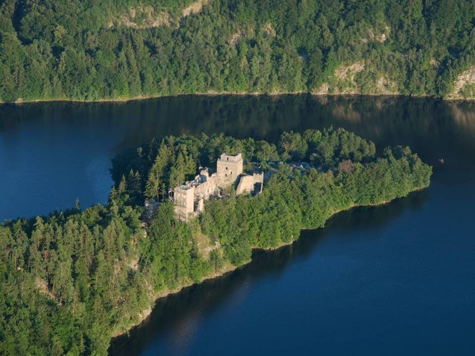D ie B urgruine D obra liegt auf einer Halbinsel am linken Ufer des Dobra – Stausees, dem mittleren der drei Stauseen am Kamp. Sie zählt zu den schöns