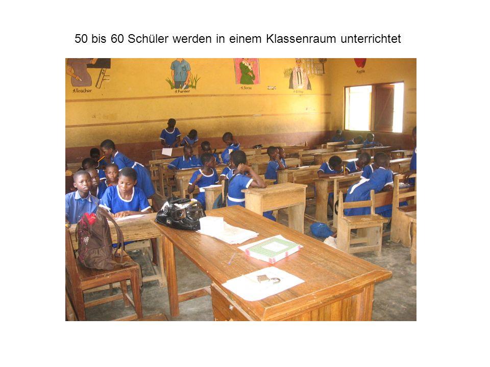 50 bis 60 Schüler werden in einem Klassenraum unterrichtet