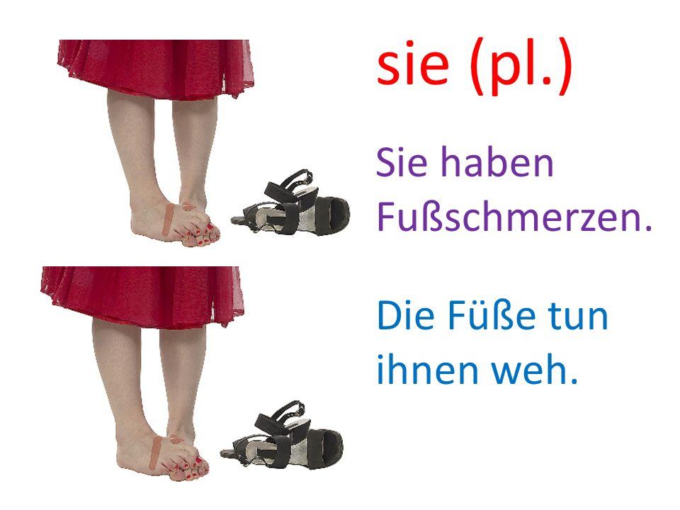 Die Füße tun ihnen weh. Sie haben Fußschmerzen. sie (pl.)