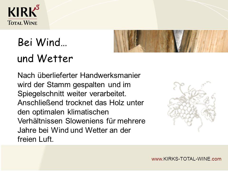 Bei Wind… Nach überlieferter Handwerksmanier wird der Stamm gespalten und im Spiegelschnitt weiter verarbeitet.