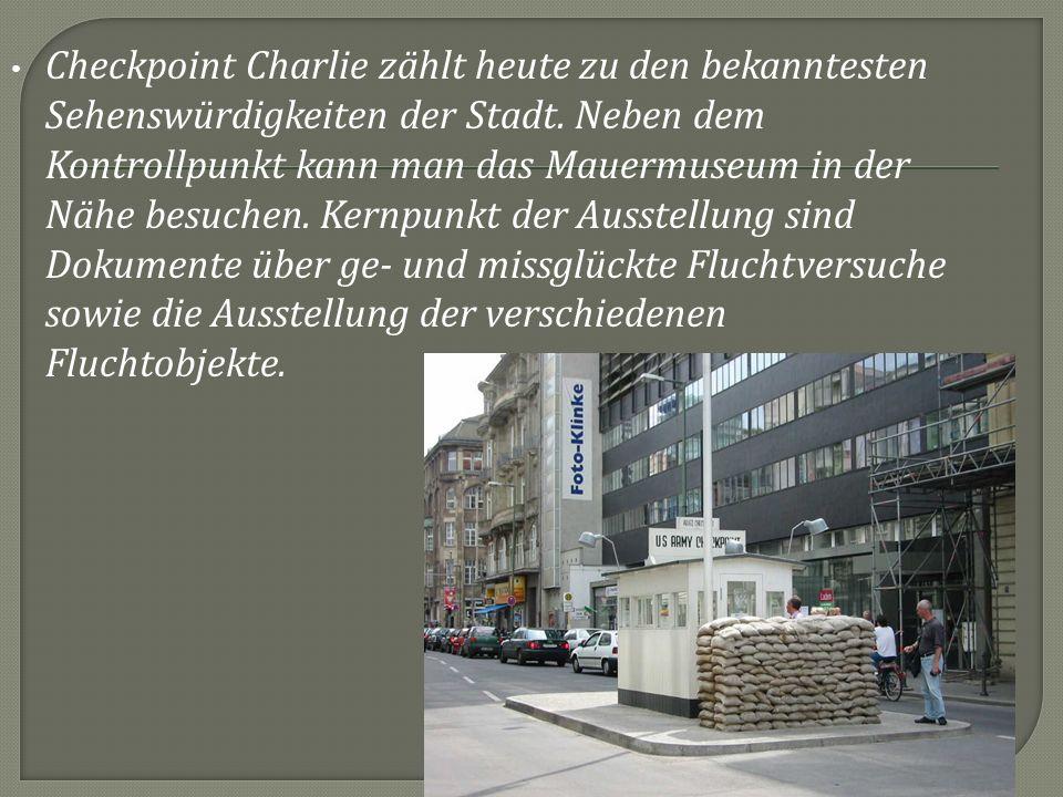 Checkpoint Charlie zählt heute zu den bekanntesten Sehenswürdigkeiten der Stadt. Neben dem Kontrollpunkt kann man das Mauermuseum in der Nähe besuchen