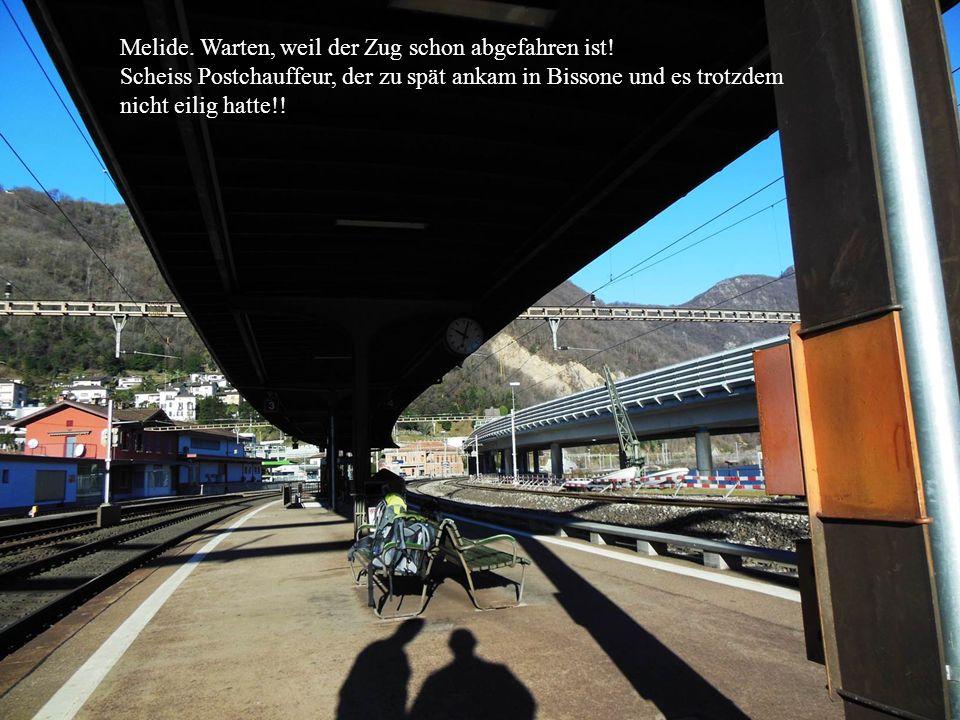 Melide. Warten, weil der Zug schon abgefahren ist.