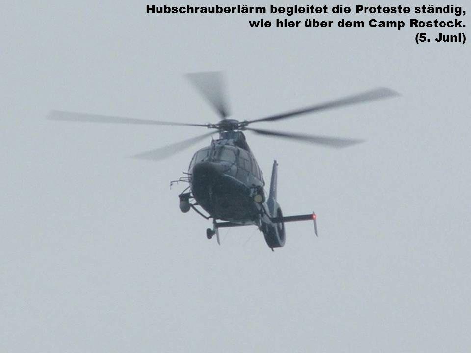 Hubschrauberlärm begleitet die Proteste ständig, wie hier über dem Camp Rostock. (5. Juni)