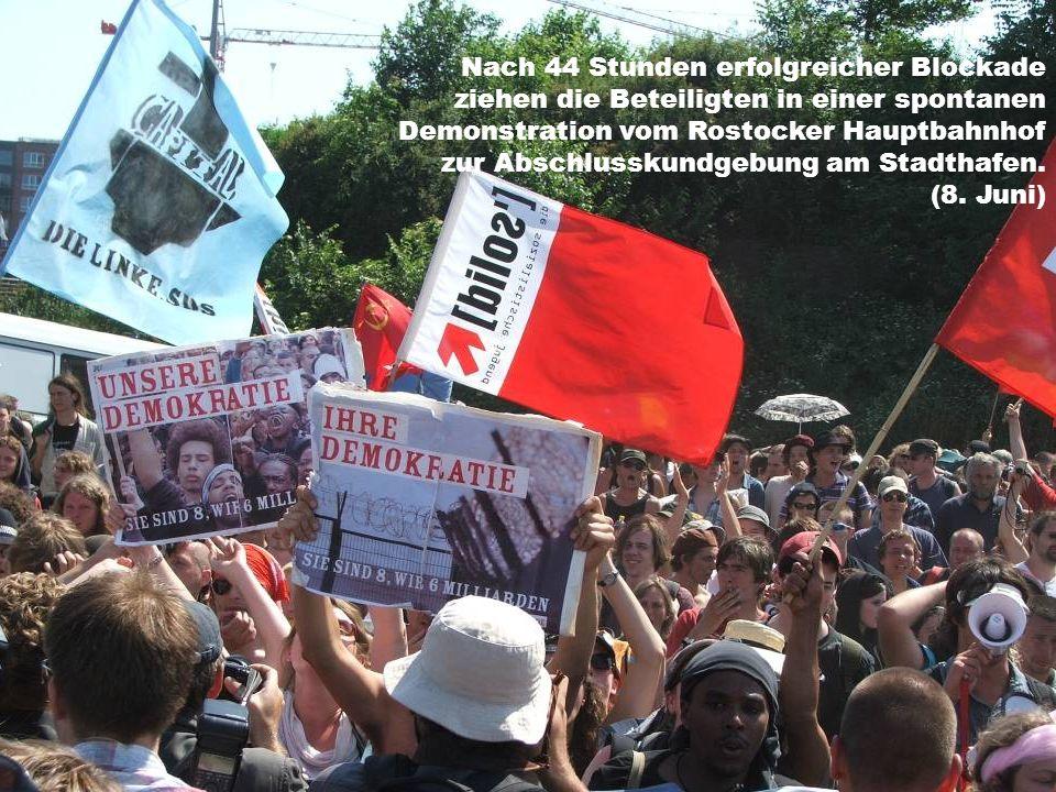 Nach 44 Stunden erfolgreicher Blockade ziehen die Beteiligten in einer spontanen Demonstration vom Rostocker Hauptbahnhof zur Abschlusskundgebung am Stadthafen.