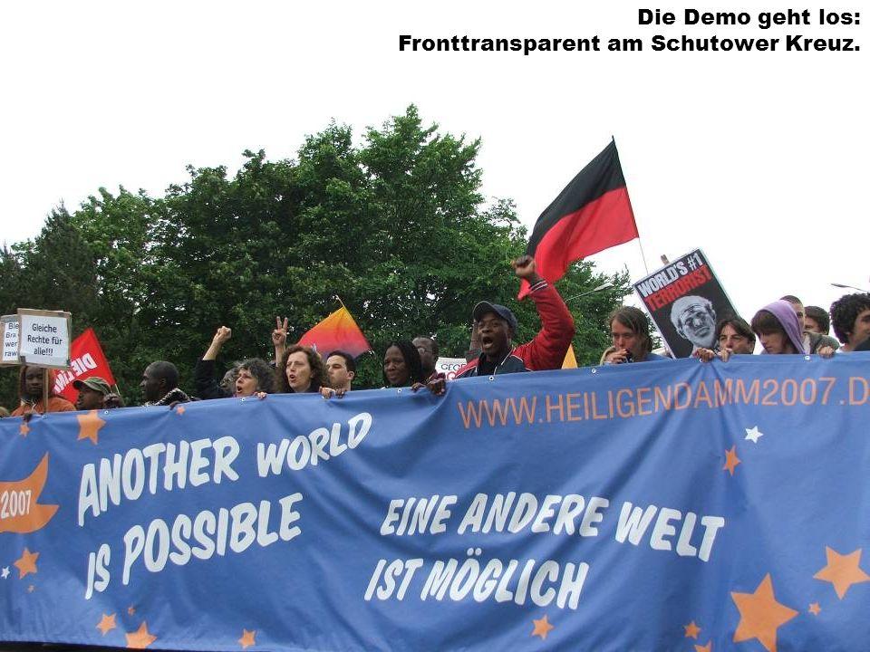 Die Demo geht los: Fronttransparent am Schutower Kreuz.
