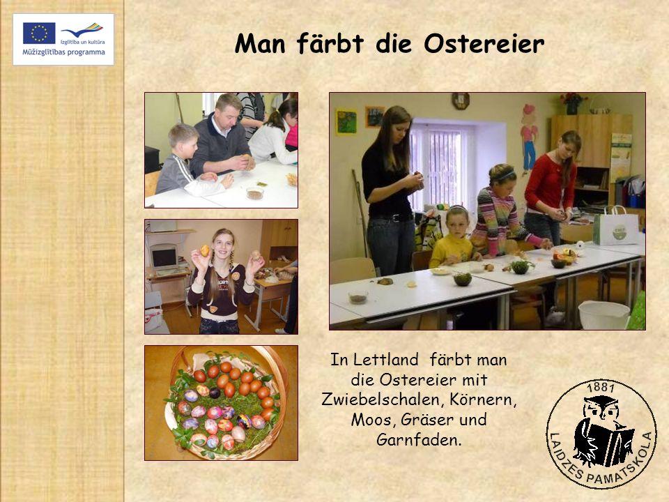 Man färbt die Ostereier In Lettland färbt man die Ostereier mit Zwiebelschalen, Körnern, Moos, Gräser und Garnfaden.