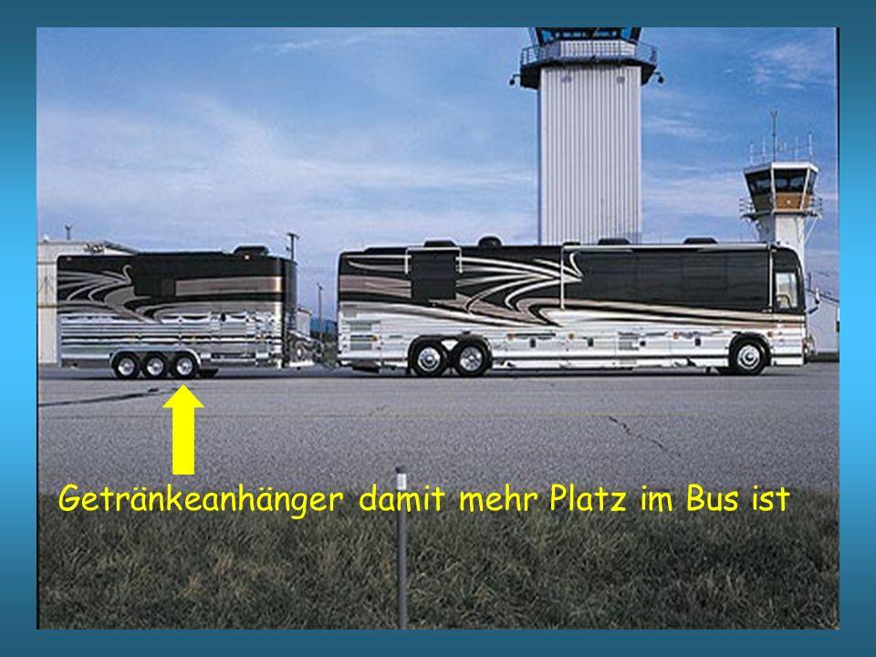 Vom Airport zum Hafen wird man natürlich im Bus mit Kaviar und Sekt verwöhnt.