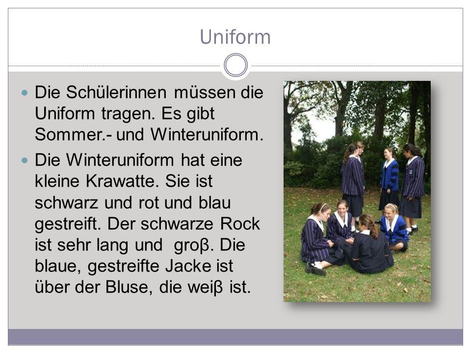 Uniform Die Schülerinnen müssen die Uniform tragen.