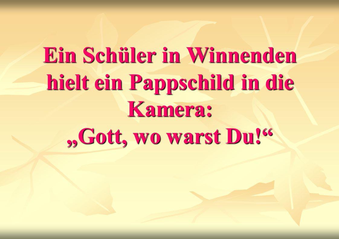 Ein Schüler in Winnenden hielt ein Pappschild in die Kamera: Gott, wo warst Du!