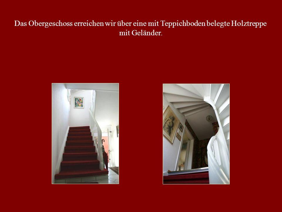 Das Obergeschoss erreichen wir über eine mit Teppichboden belegte Holztreppe mit Geländer.