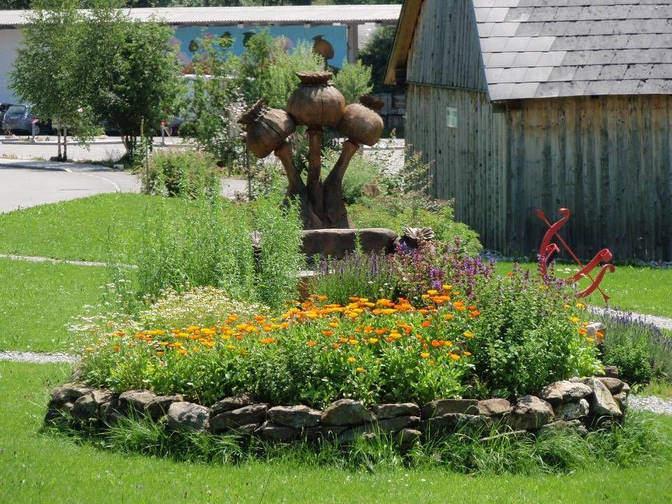 ein kleines Dorf nahe Ottenschlag, dessen Bewohner ehemals Waldbauern waren, die kärglichen Feldbau betrieben.