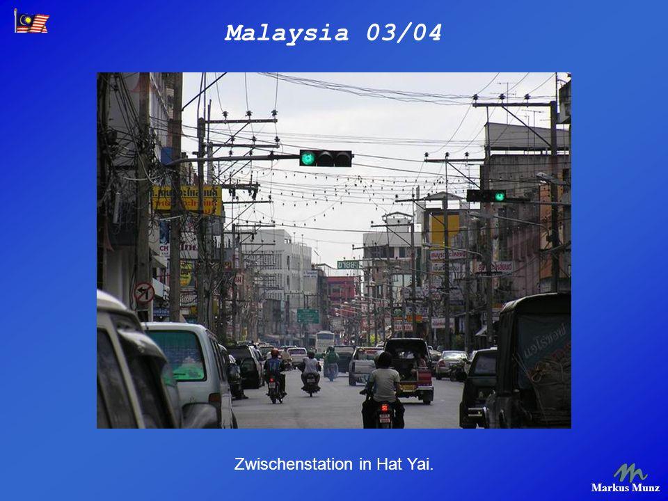 Malaysia 03/04 Markus Munz Die chinesische Nichtschwimmerfraktion mit Schwimmweste im knietiefen Waser.