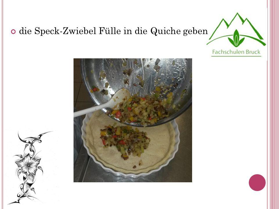die Speck-Zwiebel Fülle in die Quiche geben