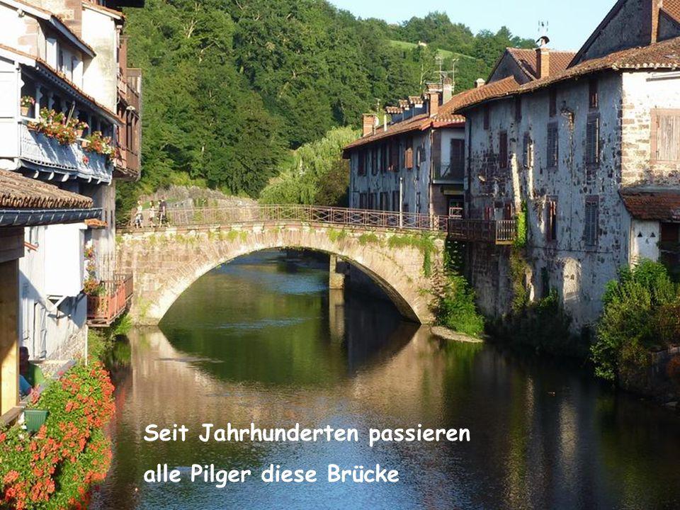 Seit Jahrhunderten passieren alle Pilger diese Brücke