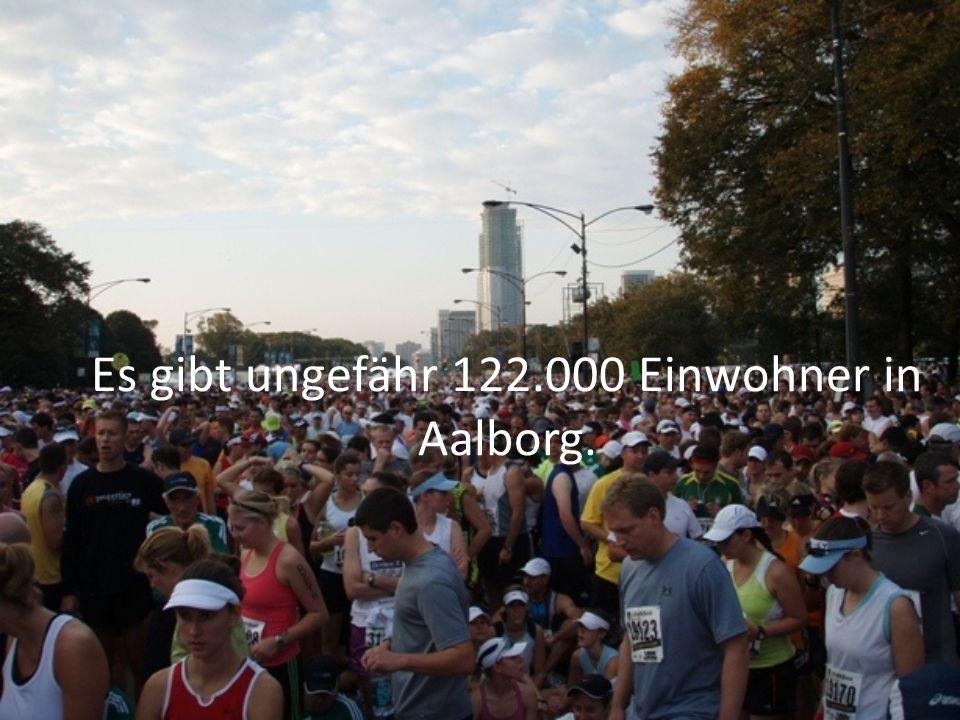 Es gibt ungefähr 122.000 Einwohner in Aalborg.