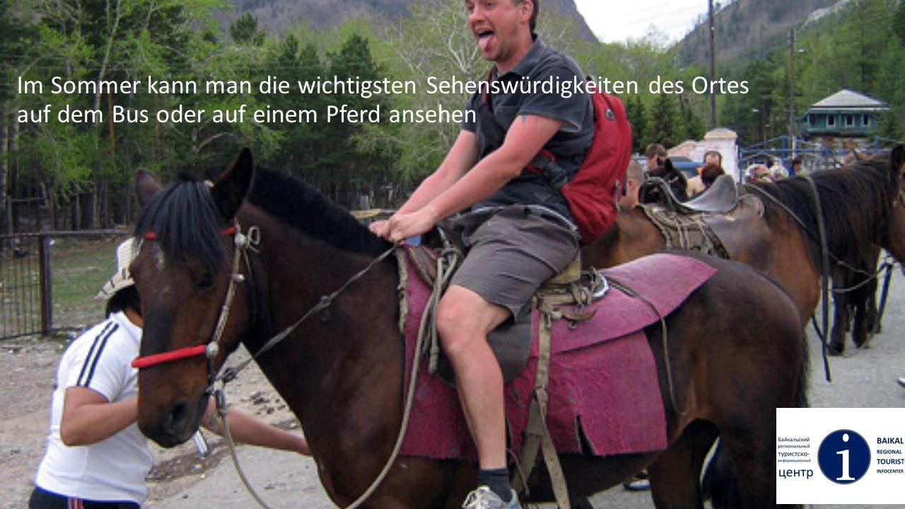 Im Sommer kann man die wichtigsten Sehenswürdigkeiten des Ortes auf dem Bus oder auf einem Pferd ansehen