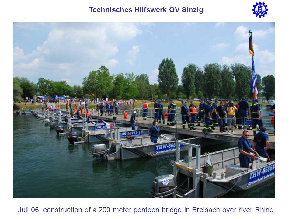 Technisches Hilfswerk OV Sinzig Juli 06: construction of a 200 meter pontoon bridge in Breisach over river Rhine