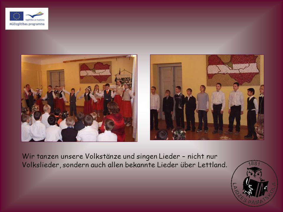 Wir tanzen unsere Volkstänze und singen Lieder – nicht nur Volkslieder, sondern auch allen bekannte Lieder über Lettland.