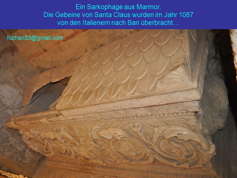 Ein Sarkophage aus Marmor.