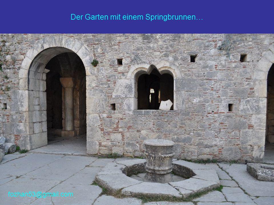 Der Garten mit einem Springbrunnen… fozhan53@gmail.com