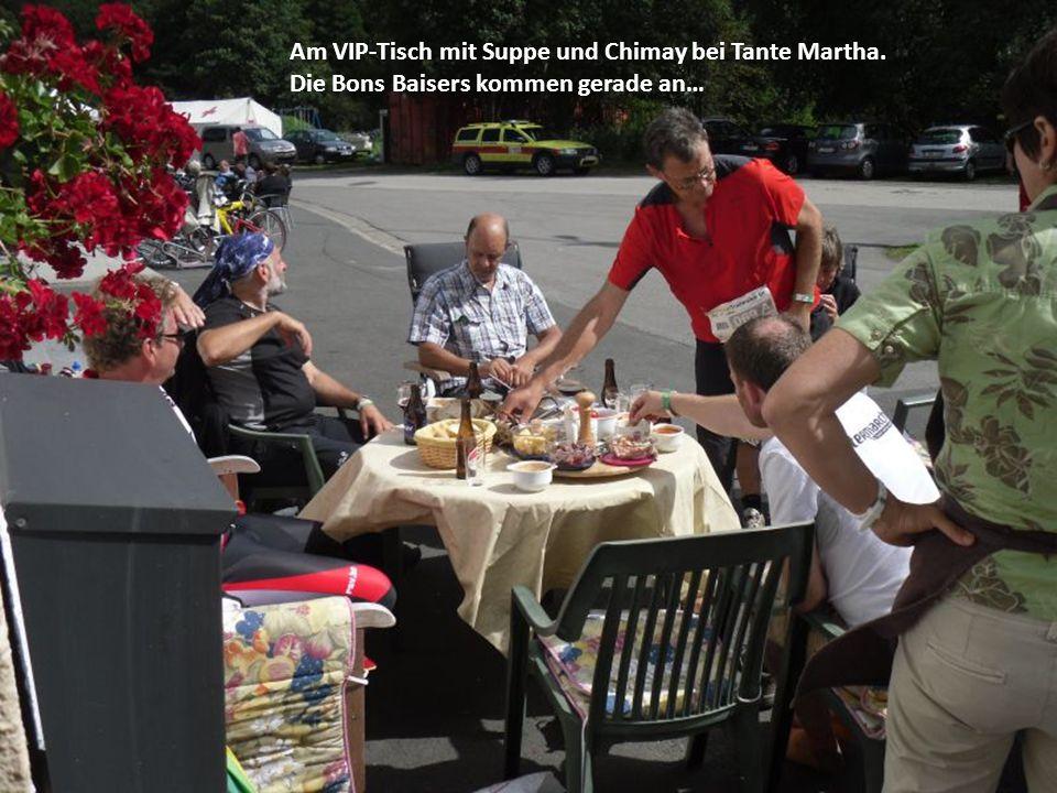 Am VIP-Tisch mit Suppe und Chimay bei Tante Martha. Die Bons Baisers kommen gerade an…