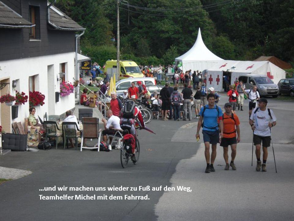 …und wir machen uns wieder zu Fuß auf den Weg, Teamhelfer Michel mit dem Fahrrad.